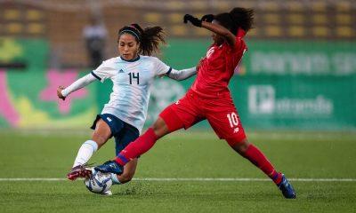 Lima, mercredi 31 juillet 2019 - Miriam Mayorga d'Argentine, à gauche se dispute le ballon avec Marta Cox de Panama, à droite, à l'Estadio San Marcos pendant les jeux panaméricains de Lima 2019.