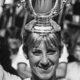 L'Américaine Chris Evert-Lloyd brandit le 9 novembre 1982 le trophée qu'elle a gagné après son match de finale de l'US Open contre Martina Navratilova à Flushing Meadows.